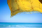 Aussen, Blau, Draussen, Farbe, Gelb, Geräuschlosigkeit, Gewebe, Horizont, Horizontal, Horizonte, Konzept, Konzepte, Landschaft, Landschaften, Leicht, Meer, Natur, Pareo, Pareos, Ruhe, Ruhig, Seelandschaft, Seelandschaften, Still, Stille, Stimmung, Tagesze