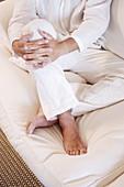 Ausruhen, Barfuss, Barfuß, Bein, Beine, Eine Person, Eins, Entspannung, Erwachsene, Erwachsener, Farbe, Haltung, Haltungen, Innen, Komfort, Mann, Männer, Männlich, Mensch, Menschen, Ruhe, Sitzen, Sitzend, Sofa, Sofas, Vertikal, Weiß, CatV9, A75-614139, a