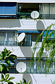 Antenna, Antennas, Apartment, Apartments, Color, Colour, Communicate, Communication, Communications, Daytime, Exterior, Facade, Façade, Facades, Façades, Flat, Flats, Galleries, Gallery, House, Houses, Outdoor, Outdoors, Outside, Satellite dish, Satellit