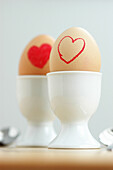 Aliment, Aliments, Amusing, Bond, Bonding, Bonds, Close up, Close-up, Closeup, Color, Colour, Concept, Concepts, Couple, Couples, Egg, Egg cup, Egg cups, Eggs, Food, Funny, Heart, Hearts, Indoor, Indoors, Inside, Interior, Love, Lunch, Lunches, Meal, Mea