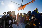 Heliskiing in Kamtschatka, Sibirien, Russland, ein Helikopter vom Typ MI-8 hat eine Gruppe Skifahrer auf einen Berg abgesetzt,  MR