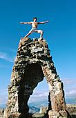 Abenteuersport, Allein, Alleine, Ambitionen, Außen, Bergsport, Bergsteiger, Ehrgeiz, Ehrgeizig, Eine Person, Eins, Einzeln, einzig, Erfolg, Erwachsene, Erwachsener, Farbe, Fels, Felsen, Fitness, Geschick, Geschicklichkeit, Gestik, Gipfel, Haltung, Haltun