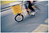 Asphalt, Außen, befördern, Bewegung, Detail, Details, Eimer, Eine Person, Eins, Fahren, Fahrrad, Fahrräder, Fahrradfahren, Farbe, Gelb, Korb, Körbe, Mensch, Menschen, Namenlos, Pedale, Radfahren, Spezialeffekte, Städtisch, Straße, Straßen, Tageszeit, tra