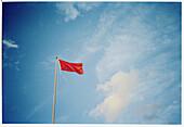 Außen, Blau, Blauer Himmel, Fahne, Fahnen, Fahnenmast, Fahnenmasten, Farbe, Flagge, Flaggen, Himmel, Information, Konzept, Konzepte, Rot, Schild, Schilder, Schwenken, Symbol, Symbole, Tageszeit, Warnung, Warnungen, Welle, Wind, B75-447755, agefotostock