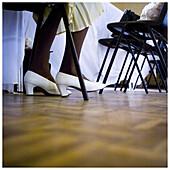 Absatz, Absätze, Allein, Alleine, Altmodisch, Boden, Böden, Detail, Details, Eine Person, Eins, Erwachsene, Erwachsener, Farbe, Frau, Frauen, Fußboden, Fußböden, Innen, Mensch, Menschen, Mode, Namenlos, Parkett, Schuh, Schuhe, Sitzen, Sitzend, Stuhl, Stü