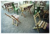 Außen, Farbe, Freizeit, Holz, Hölzern, Konzept, Konzepte, Leer, Menschenleer, Niemand, Park, Parks, Straßencafe, Stuhl, Stühle, Tageszeit, Tisch, Tische, B75-514633, agefotostock