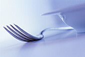 Close up, Close-up, Closeup, Color, Colour, Concept, Concepts, Cutlery, Detail, Details, Dish, Dishes, Fork, Forks, Horizontal, Indoor, Indoors, Interior, Monochromatic, Monochrome, Object, Objects, Plate, Plates, Purple, Purple tone, Restaurant, Restaur