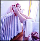 Ausruhen, Bein, Beine, Buch, Bücher, Eine Person, Eins, Erwachsene, Erwachsener, Farbe, Frau, Frauen, Freizeit, Haltung, Haltungen, Heizkörper, Heizung, Innen, Komfort, Lesen, Mensch, Menschen, Ruhe, Sitzen, Sitzend, Temperatur, Weiblich, Zu Hause, Zuhaus