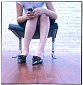 Absatz, Absätze, Bein, Beine, Benutzen, Eine Person, Eins, Erwachsene, Erwachsener, Farbe, Frau, Frauen, Freizeit, Handy, Innen, Kommunikation, Mensch, Menschen, Mobiltelefon, Mobiltelefone, Namenlos, Schuh, Schuhe, Sitz, Sitze, Sitzen, Sitzend, Stuhl, S