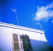 Antenna, Antennae, Antennas, Blue, Blue sky, Color, Colour, Communicate, Communication, Communications, Concept, Concepts, Daytime, Detail, Details, Exterior, Facade, Façade, Facades, Façades, House, Houses, Monochromatic, Monochrome, Outdoor, Outdoors,