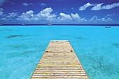 Aussen, Außen, Blau, Farbe, Französisch Polynesien, Holzsteg, Holzstege, Horizont, Horizontal, Horizonte, Landesteg, Landestege, Landschaft, Landschaften, Meer, Natur, Ozeanien, Perspektive, Plätze der Welt, Polynesien, Ruhe, Seelandschaft, Seelandschaft