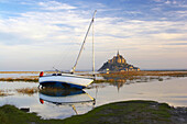 Le Mont St-Michel with boat in the morning, Baie du Mont St-Michel, Normandie, dept Manche, France, Europe
