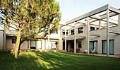 Architektur, Aussen, Außen, Baum, Bäume, Farbe, Garten, Gärten, Gebäude, Haus, Häuser, Horizontal, Kiefer, Modern, Niemand, Tageszeit, B29-315425, agefotostock