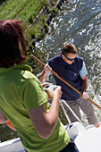 Freizeit Matrosen auf Crown Blue Line Calypso Hausboot am Canal de la Marne au Rhin, nahe Heming, Elsass, Frankreich, Europa