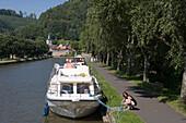 Frau legt Leinen los an Crown Blue Line Calypso Hausboot am Canal de la Marne au Rhin, Lutzelbourg, Elsass, Frankreich, Europa