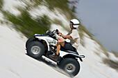 Mann fährt Quad, Atlantis Sand Dunes, Südafrika, Afrika