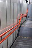 Treppen mit rotem Geländer, Wien, Österreich