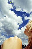 Aussen, Blau, Blauer Himmel, Detail, Details, Drachen, Draussen, Eine Person, Eins, Erholen, Erholung, Farbe, Faust, Fäuste, Ferien, Fliegen, Flug, Flüge, Freizeit, Froschperspektive, Gestik, Halten, Himmel, Jugend, Jung, Kind, Kinder, Kindheit, Luft, Me