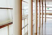 Architektur, Aufgestellt, Business, Farbe, Fenster, Gebäude, Geländer, Geschäft, Geschäfte, Handel, Horizontal, Innen, Leer, Liniert, Menschenleer, Niemand, Säule, Säulen, Tageszeit, Wartenzone, Wartezone, Weiß, Zeitgenosse, CatAccess, CatV8, C47-608802,