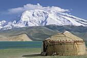 Kirghiz yourte. Karakul (Karakoul) lake (3500m altitude) and Mustagh-Ata mountain (7546m). Sinkiang Province (Xinjiang). China