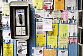 Adver, Anzeige, Anzeigen, Aussen, Außen, Business, Farbe, Geschäft, Geschäfte, Handel, Horizontal, Inserat, Kommunikation, Konzept, Konzepte, Mannigfach, Mannigfaltigkeit, Münzfernsprecher, Niemand, Öffentliches Telefon, Papier, Reklame, Städtisch, Stras