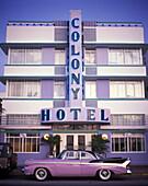 Auto : 1950 s cadillac, Art deco hotel, Ocean drive, Miami beach, Florida, USA.