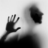 Allein, Alleine, Angst, Arm, Arme, Beklemmung, Bewegung, Eine Person, Eins, Erschrocken, Erwachsene, Erwachsener, Falle, Fallen, Gestik, Hand, Hände, Innen, Konzept, Konzepte, Kopf, Köpfe, Mensch, Menschen, Namenlos, Psychose, Schatten, Schwarzweiss, Silh