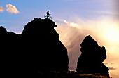 Abenteuersport, Allein, Aufregen, Außen, Bedrohung, Berg, Berge, Bluff, Dramatisch, Eine Person, Eins, Einsam, Einzeln, einzig, Fahren, Fahrrad, Fahrräder, Fahrradfahren, Farbe, Fels, Felsen, Felsformation, Freizeit, Ganzkörper, Ganzkörperaufnahme, Gefah