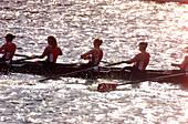 Aktivität, Außen, Bewegung, Bootsrennen, Entschluss, Erwachsene, Erwachsener, Farbe, Fluss, Flüsse, Frau, Frauen, Frauen nur, Gemeinsamkeit, Gemeinschaft, Gruppe, Gruppen, Horizontal, Jugend, Jung, Konkurrent, Konkurrenzfähig, Konkurrenzfähigkeit, Koordi