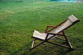 Beach chair, Beach chairs, Calm, Calmness, Color, Colour, Comfort, Comfortable, Concept, Concepts, Daytime, Deck chair, Deckchair, Empty, Exterior, Free time, Garden, Gardens, Grass, Green, Holiday, Holidays, Horizontal, Lawn, Leisure, Nobody, One, Outdoo