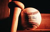 Ball, Bälle, Baseball, Baseballschläger, Detail, Details, Farbe, Gegenstand, Gegenstände, Horizontal, Innen, Konzept, Konzepte, Nahaufnahme, Nahaufnahmen, Sachaufnahme, Schläger, Sport, Stilleben, Symbol, Symbole, Zwei, G82-176248, agefotostock