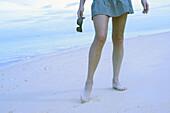 Außen, Barfuss, Barfuß, Bein, Beine, Blau, Eine Person, Eins, Entspannung, Erwachsene, Erwachsener, Farbe, Ferien, Frau, Frauen, Freizeit, Fuß, Füsse, Geräuschlosigkeit, Jugend, Jung, Küste, Meer, Mensch, Menschen, Ruhe, Ruhig, Sand, Sommer, Sommerlich,