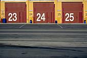 Außen, Drei, Fabrik, Fabriken, Farbe, Geschlossen, Hangar, Hangars, Horizontal, Industrie, Industriekomplex, Industriell, Konzept, Konzepte, Lagerhaus, Menschenleer, Niemand, Ordnung, Tageszeit, Tür, Türen, Zahl, Zahlen, Ziffer, G96-292495, agefotostock