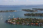 Luftaufnahme von Palm Island und Hibiscus Island, Inseln in der Biscayne Bay bei Tag, Florida, USA