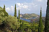 Blick über die Insel Kefalonia mit ihrem Hafen Assos, Ionische Inseln, Griechenland