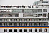 Passagiere an Bord von MS Europa beim Ablegen von Pier, Venedig, Venetien, Italien, Europa