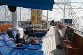 Entspannung an Deck an Bord von Großsegler Royal Clipper, nahe Ponza, Pontinische Inseln, Italien, Europa