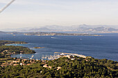 Luftaufnahme einer Hafenstadt und Küste, Porquerolles, Iles d'Hyeres, Frankreich, Europa