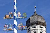Maibaum und Kirchturm von Kloster Andechs, Bayern, Deutschland