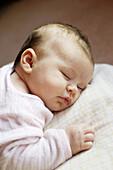 0-6 Monate, 1-6 Monate, Ausruhen, Baby, Babys, Eine Person, Eins, Farbe, Geräuschlosigkeit, Geschlossen, Geschlossene Augen, Geschultert, Hingelegt, Innen, Liegend, Mensch, Menschen, Portrait, Portraits, Porträt, Porträts, Ruhe, Ruhig, Schlafen, Schlafen