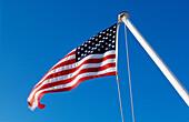 Amerika, amerikanische Fahne, Außen, Blau, Blauer Himmel, Fahne, Fahnen, Fahnenmast, Fahnenmasten, Farbe, Flagge, Flaggen, Himmel, Horizontal, Konzept, Konzepte, Nahaufnahme, Nahaufnahmen, Nordamerika, Patriotismus, Schwenken, Staatsbürgerschaft, Sterne