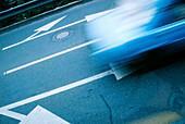 Außen, Auto, Autos, Bahn, Bahnen, Bewegung, Boden, Böden, Fahrzeug, Fahrzeuge, Farbe, Gasse, Gassen, Geschwindigkeit, Horizontal, Konzept, Konzepte, Landstraße, Landstraßen, Pfeil, Pfeile, Richtung, Schild, Schilder, Schnell, Schnelligkeit, Straße, Straß