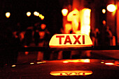 Angezündet, Außen, Auto, Autos, beleuchtet, Detail, Details, Fahrzeug, Fahrzeuge, Farbe, Horizontal, Konzept, Konzepte, Lichter, Nacht, Nahaufnahme, Nahaufnahmen, Reflektion, Reflektionen, Stadt, Städte, Städtisch, Taxi, Taxis, Verkehr, Verkehrsmittel, W