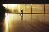 Allein, Alleine, Amerika, Besucher, District of Columbia, Eine Person, Eins, Erwachsene, Erwachsener, Farbe, Fenster, Ganzkörperaufnahme, Gebäude, Gehen, Gehend, Gehende, Horizontal, Innen, Mensch, Menschen, Mid-Atlantic USA, Museen, Museum, National Art