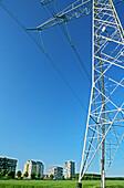 Aussen, Außen, Blau, Blauer Himmel, Elektrizität, Energie, Farbe, Himmel, Hochspannungsleitung, Hochspannungsleitungen, Höhe, Industrie, Industriell, Kraft, Mast, Masten, Stadt, Städte, Starkstromleitung, Starkstromleitungen, Tageszeit, Turm, Türme, Verti