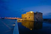 Burg von Pafos bei Nacht, Spiegelung im Wasser, Hafen von Pafos, Südzypern, Zypern
