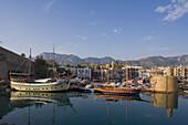 Kyrenia Hafen, Spiegelung im Wasser, Kyrenia, Girne, Nordzypern, Zypern