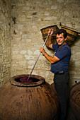 Traditionelle Wein Produktion,Weinkeller, Weingut, Koilani, Troodos Gebirge, Südzypern, Zypern