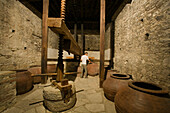 Hölzerne Weinpresse in Linos Haus, Wein Museum, Omodos, Troodos Gebirge, Südzypern, Zypern