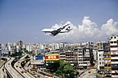 Lufthansa Jumbo Jet Boeing 747-400 approaching Kai Tak International Airport, Kowloon. Hong Kong, Peoples Republic of China (PRC)